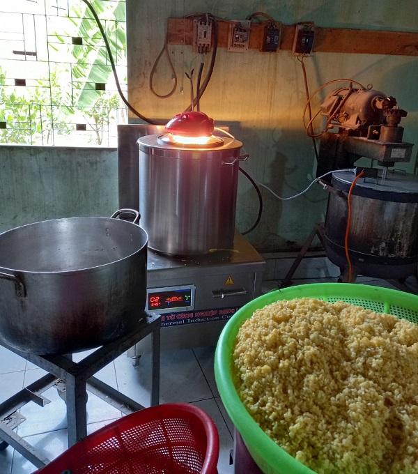 Bếp từ công nghiệp Sang Long tại làng nghề làm bánh nhãn
